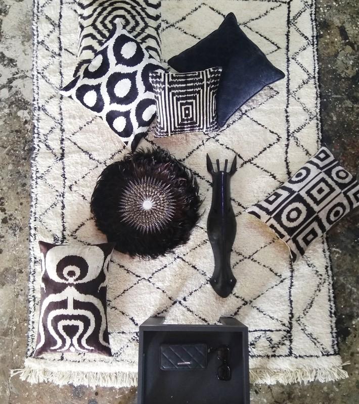 כריות בגווני שחור-שמנת בשילוב עם שטיח ברבר מרוקאי. מיקלולה – גלריה לעיצוב חדרים