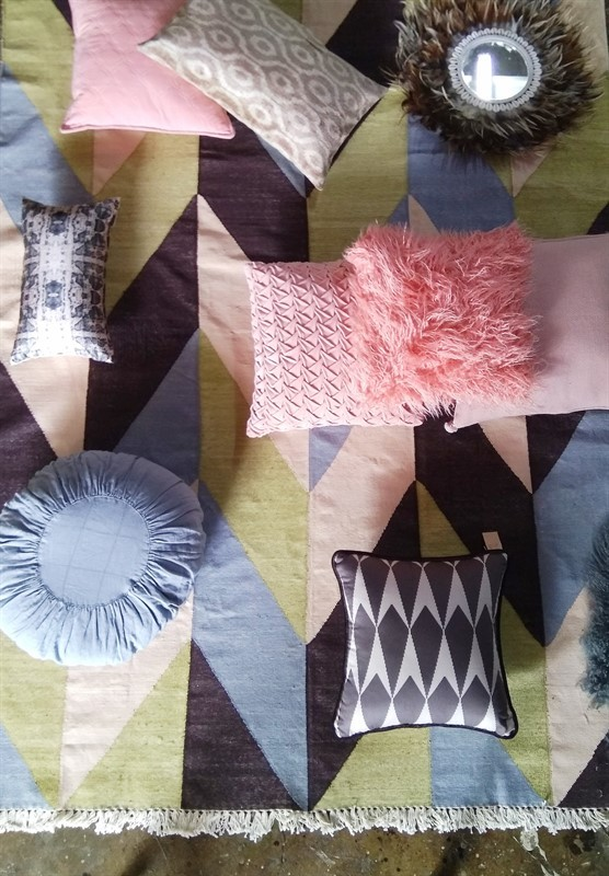 כריות במגוון של גוונים, דוגמאות, בדים וטקסטורות בהתאמה לשטיח קילים כותנה באריגה משולבת זהב. מיקלולה – גלריה לעיצוב חדרים
