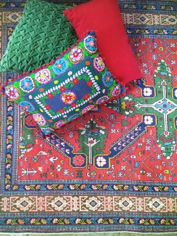 כריות תואמות בצבעים ובאופי הדוגמא לשטיח האתני. מיקלולה – גלריה לעיצוב חדרים