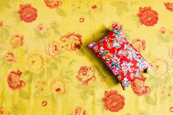 כרית פרחונית של המעצבת סטפני גריב בהתאמה נפלאה לשטיח בעבודת גובלן.
