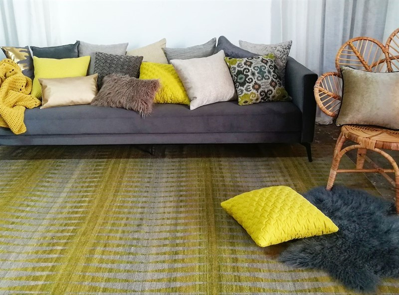 מלא כריות שכולן עובדות מצויין עם השטיח, רק תבחרו. מיקלולה – גלריה לעיצוב חדרים