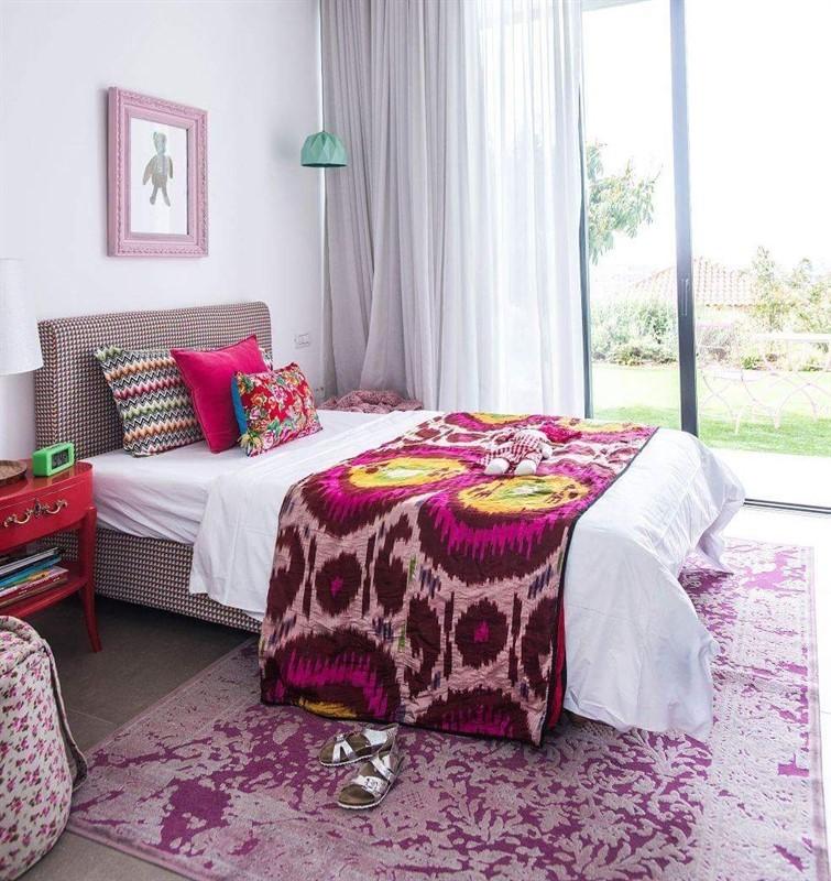 כרית ראש מיטה וכריות נוי בחדר שינה. מיקלולה – גלריה לעיצוב חדרים. צילום: יוגב עמרני
