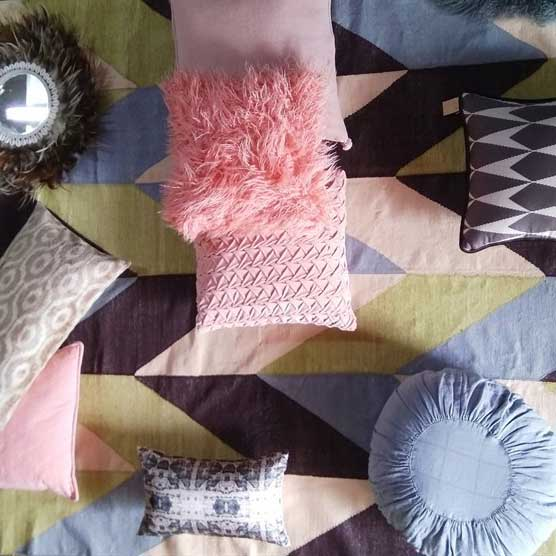 כריות במגוון של גוונים, דוגמאות, בדים וטקסטורות בהתאמה לשטיח קילים כותנה באריגה משולבת זהב.